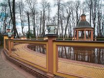` Da lagoa de Menagerium do ` de BosquetBosquet no jardim do verão na mola adiantada em abril em St Petersburg Fotografia de Stock Royalty Free