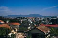 DA-LAT, VIETNAM - MARS 9, 2017: En sikt av den Dalat staden i Vietnam Arkivfoton