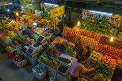 Da-LAT/VIETNAM, 2 SEPTEMBER 2018 - frukter och grönsaker på en marknad i Da-Latnatt marknadsför royaltyfri fotografi