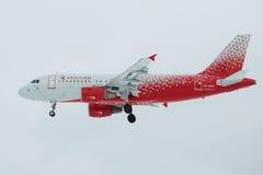 ` Da linha aérea de Rossiya do ` da linha aérea do ` VP-BIQ de Ivanovo do ` de Airbus A319-111 no fim do céu nebuloso acima Perfi Foto de Stock