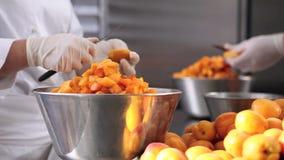 Da los albaricoques del corte del chef de repostería, prepara el atasco en cocina industrial almacen de metraje de vídeo
