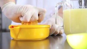 Da los limones exprimidos chef de repostería en worktop industrial de la cocina metrajes
