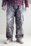 Da los pantalones sucios de enyesar al hombre del pintor Imagenes de archivo