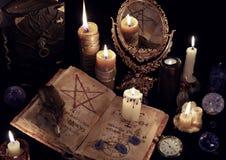 Da mágica vida ainda com livros, velas ardentes e mirrow Imagens de Stock Royalty Free