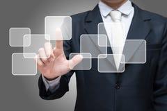 Da mão ereta da postura do homem de negócios tela virtual tocante isolada no fundo cinzento Imagens de Stock Royalty Free