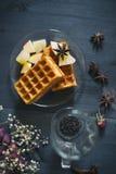 Da manhã vida ainda Waffles com chá no fundo de madeira A vista da parte superior Imagem de Stock