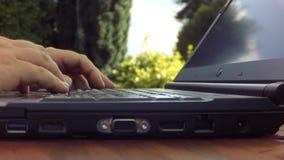 Da mecanografiar tan difícilmente en un teclado del ordenador portátil que el ordenador esté moviendo - timelapse almacen de video