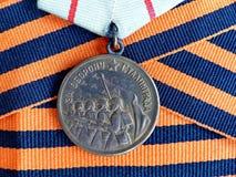 ` Da medalha para a defesa do ` de Stalingrad na fita do ` s de St George closeup heirloom memória Maio 9 - dia da vitória imagem de stock