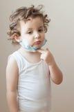 Da medicina epidêmica da gripe da criança da menina criança médica da máscara Fotos de Stock Royalty Free