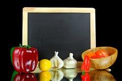 Da mesa de cozinha uma vida ainda com uma ardósia preta com alho e re Fotografia de Stock Royalty Free