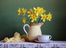 Da mola vida ainda com narcisos amarelos Imagens de Stock