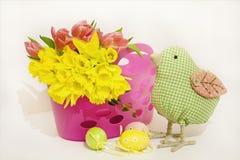 Ovos da páscoa com tulipas e daffodils Fotografia de Stock