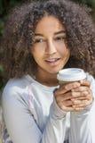 Da mulher afro-americano do adolescente da raça misturada café bebendo fotos de stock royalty free