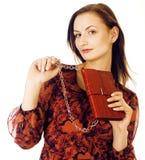 Da mulher consideravelmente longa do cabelo dos jovens sorriso feliz isolado no fundo branco, bolsa minúscula bonito vestindo da  Imagem de Stock Royalty Free