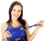 Da mulher consideravelmente longa do cabelo dos jovens sorriso feliz isolado no fundo branco, bolsa minúscula bonito vestindo da  Fotografia de Stock
