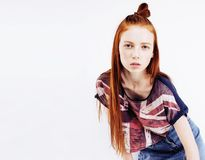 Da mulher consideravelmente vermelha do cabelo dos jovens sorriso feliz isolado na parte traseira do branco Foto de Stock Royalty Free