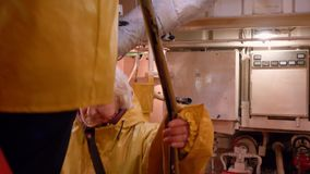 Da mulher do motor navio Inspectation da mais baixa plataforma em cima vídeos de arquivo