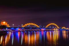 DA NANG, ВЬЕТНАМ - 19-ОЕ МАРТА 2017: Мост дракона на ноче в Da Nang, Вьетнаме Красивое фото современного города в ноче Стоковые Изображения