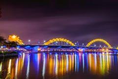 DA NANG, ВЬЕТНАМ - 19-ОЕ МАРТА 2017: Мост дракона на ноче в Da Nang, Вьетнаме Красивое фото современного города в ноче Стоковое Изображение RF