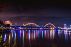 DA NANG, ВЬЕТНАМ - 19-ОЕ МАРТА 2017: Мост дракона на ноче в Da Nang, Вьетнаме Красивое фото современного города в ноче Стоковое Фото