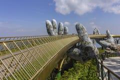 """Da Nang, Вьетнам - 31-ое октября 2018: Золотой мост известный как """"Hands  Godâ€, пешеходной тропы поднятой 2 гигантскими рукам стоковое фото rf"""