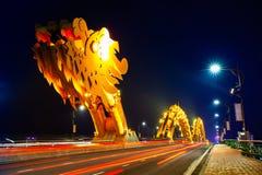 Da Nang Dragon Bridge com iluminação alaranjado-colorida na noite foto de stock royalty free