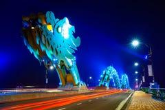 Da Nang Dragon Bridge mit blau-farbiger Beleuchtung nachts lizenzfreie stockbilder