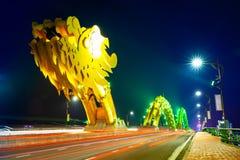 Da Nang Dragon Bridge mit gelb-farbiger Beleuchtung nachts lizenzfreie stockfotografie