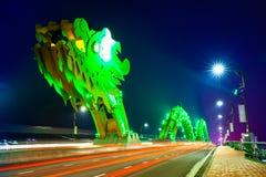 Da Nang Dragon Bridge mit grün-farbiger Beleuchtung nachts lizenzfreie stockfotos