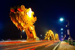 Da Nang Dragon Bridge mit orangefarbener Beleuchtung nachts lizenzfreies stockfoto