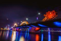 DA NANG, VIETNAM - 19. MÄRZ 2017: Dragon Bridge nachts im Da Nang, Vietnam Schönes Foto der modernen Stadt in der Nacht Stockfotografie
