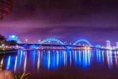 DA NANG, VIETNAM - 19. MÄRZ 2017: Dragon Bridge nachts im Da Nang, Vietnam Schönes Foto der modernen Stadt in der Nacht Lizenzfreie Stockfotografie