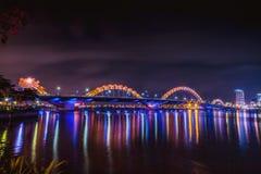 DA NANG, VIETNAM - 19. MÄRZ 2017: Dragon Bridge nachts im Da Nang, Vietnam Schönes Foto der modernen Stadt in der Nacht Stockfoto