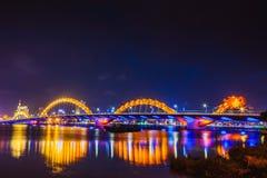 DA NANG, VIETNAM - 19. MÄRZ 2017: Dragon Bridge nachts im Da Nang, Vietnam Schönes Foto der modernen Stadt in der Nachtbeleuchtun Lizenzfreie Stockfotografie