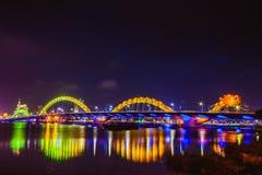 DA NANG, VIETNAM - 19. MÄRZ 2017: Dragon Bridge nachts im Da Nang, Vietnam Schönes Foto der modernen Stadt in der Nachtbeleuchtun Stockbilder