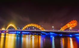DA NANG, VIETNAM - 19. MÄRZ 2017: Dragon Bridge nachts im Da Nang, Vietnam Schönes Foto der modernen Stadt in der Nachtbeleuchtun Stockfotografie