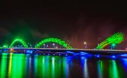 DA NANG, VIETNAM - 19. MÄRZ 2017: Dragon Bridge nachts im Da Nang, Vietnam Schönes Foto der modernen Stadt in der Nachtbeleuchtun Stockfoto