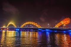 DA NANG, VIETNAM - 19. MÄRZ 2017: Dragon Bridge nachts im Da Nang, Vietnam Schönes Foto der modernen Stadt in der Nachtbeleuchtun Lizenzfreies Stockfoto