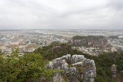 DA NANG, VIETNAM - MAART 18: Marmeren bergen toneelmening dichtbij D Stock Afbeeldingen