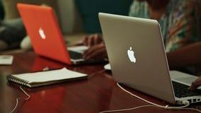 DA NANG VIETNAM - OKTOBER 8, 2016: En grabb arbetar på en design på en bärbar dator Arbete Apple Mac Book Pro arkivfilmer