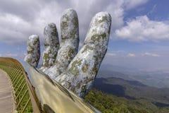 """Da Nang, Vietnam - 31 ottobre 2018: Ponte dorato conosciuto come i """"Hands del  di Godâ€, un sentiero per pedoni pedonale solle immagine stock libera da diritti"""