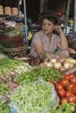 DA NANG/VIETNAM - 15TH MARS 2007 - kvinnor säljer grönsaker i A M. Royaltyfria Bilder