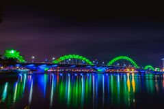 DA NANG, VIETNAME - 19 DE MARÇO DE 2017: Dragon Bridge na noite no Da Nang, Vietname Foto bonita da cidade moderna na noite Fotografia de Stock