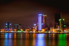 DA NANG, VIETNAME - 19 DE MARÇO DE 2017: Nightview no Da Nang, Vietname da paisagem Fotos de Stock