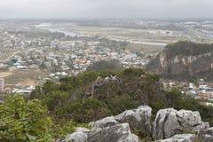 DA NANG, VIETNAME - 18 DE MARÇO: Opinião cênico das montanhas de mármore perto de D Fotos de Stock