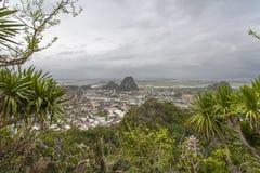 DA NANG, VIETNAME - 18 DE MARÇO: Opinião cênico das montanhas de mármore perto de D Fotos de Stock Royalty Free