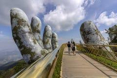 Da Nang, Vietname - 31 de outubro de 2018: Os turistas na ponte dourada, um passeio pedestre levantado por duas mãos gigantes, ab fotografia de stock royalty free