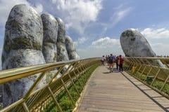 Da Nang, Vietname - 31 de outubro de 2018: Os turistas na ponte dourada, um passeio pedestre levantado por duas mãos gigantes, ab fotografia de stock