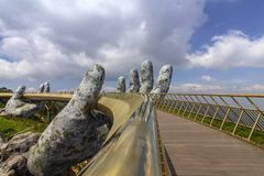 Da Nang, Vietname - 31 de outubro de 2018: Os turistas na ponte dourada, um passeio pedestre levantado por duas m?os gigantes, ab fotografia de stock royalty free