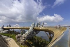 Da Nang, Vietname - 31 de outubro de 2018: Os turistas na ponte dourada, um passeio pedestre levantado por duas m?os gigantes, ab imagem de stock royalty free